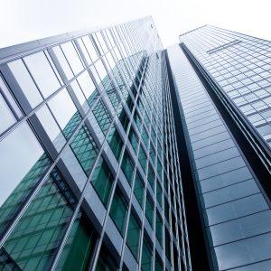 Glasfassade eines modernen Hochhauses in Frankfurt
